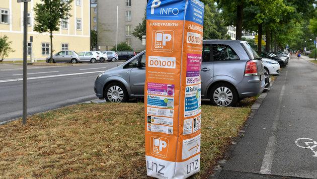 Die Infos auf den Hüllen der Parkautomaten sorgen für Wirbel. (Bild: © Harald Dostal)