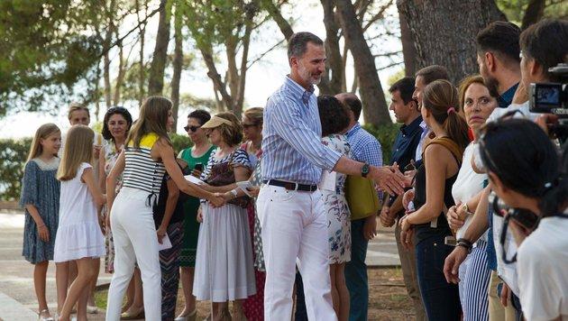 König Felipe und Königin Letizia schütteln Hände (Bild: AFP)