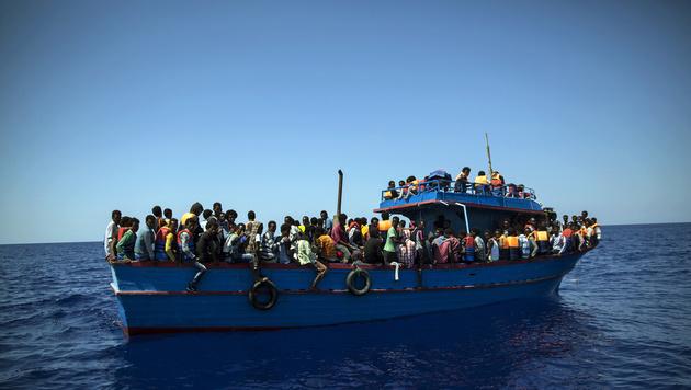 Eines der unzähligen heillos überfüllten Flüchtlingsboote im Nirgendwo vor der libyschen Küste (Bild: Angelos Tzortzinis/AFP)