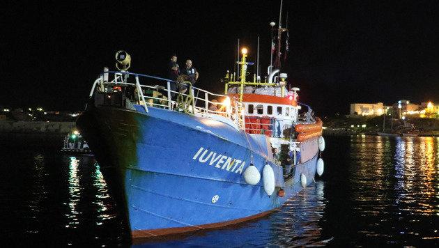 Die Iuventa im Hafen von Lampedusa (Bild: AP)