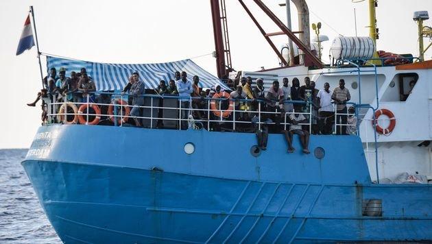 Die Iuventa mit Flüchtlingen an Bord (Bild: AFP)