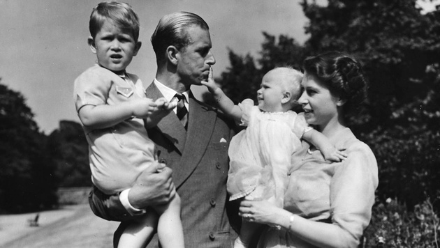 Prinz Philip und Queen Elizabeth im Jahr 1951 mit den Kindern Charles und Anne (Bild: AP)
