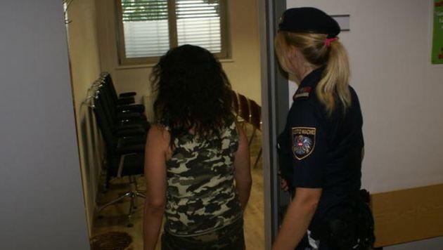 Zophia L. wird von einer Beamtin in den Prozesssaal gebracht (Bild: Antonio Lovric)