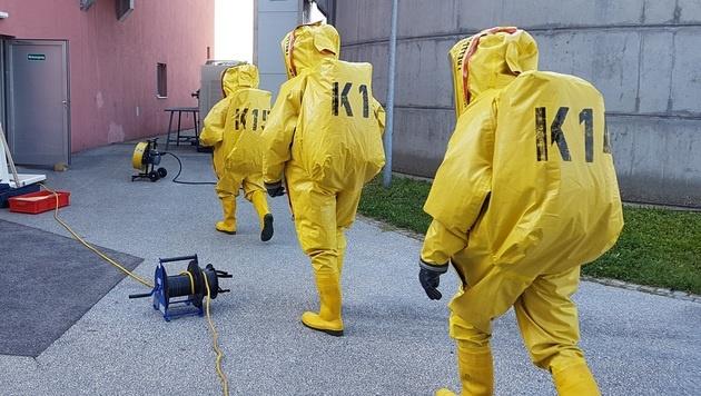 Für den Einsatz waren spezielle Chemieschutzbekleidung sowie Atemschutz notwendig. (Bild: HFW Villach/KK)