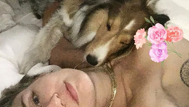 Miley Cyrus kuschelt oben ohne mit ihrem Hündchen. (Bild: instagram.com/mileycyrus)