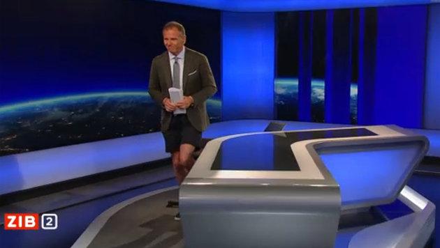 Armin Wolf moderierte die ZiB 2 in kurzen Hosen. (Bild: ORF)