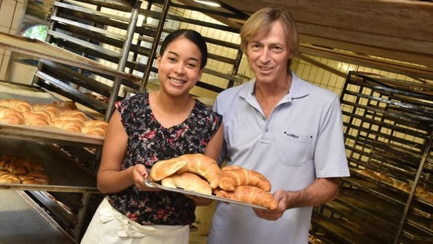 Bäcker Sepp Funder mit Lola: Kipferl nach wie vor nur mit der Salzburger Butter (Bild: Wolfgang Weber)