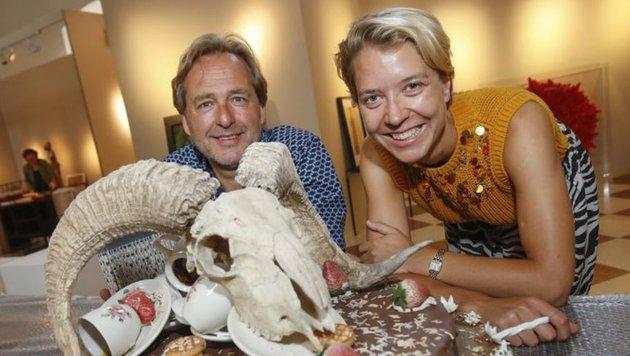 Michael Beck & Katharina Husslein mit der  Bertozzi & Casoni-Torte. (Bild: Markus Tschepp)