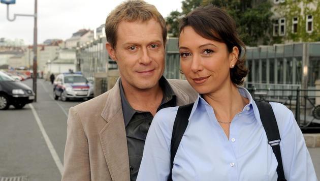 """Andreas Lust und Ursula Strauss in """"Schnell ermittelt"""" (Bild: ORF)"""