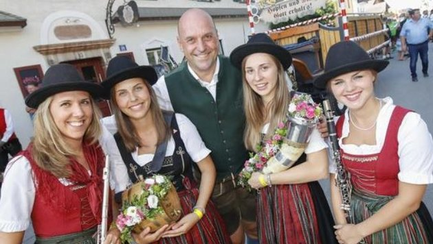 Bürgermeister Joachim Maislinger umringt von  den Damen der Walser Trachtenmusikkapelle. (Bild: Markus Tschepp)