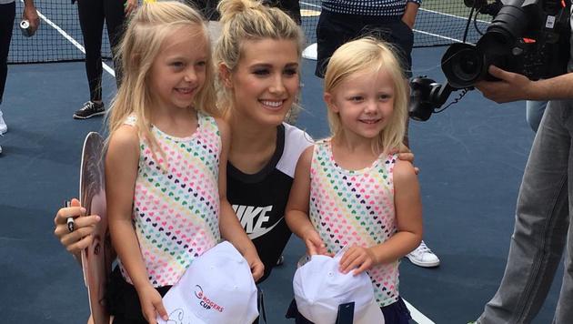 Tennis-Beauty Genie Bouchard posiert mit ihren süßen Fans. (Bild: instagram.com)