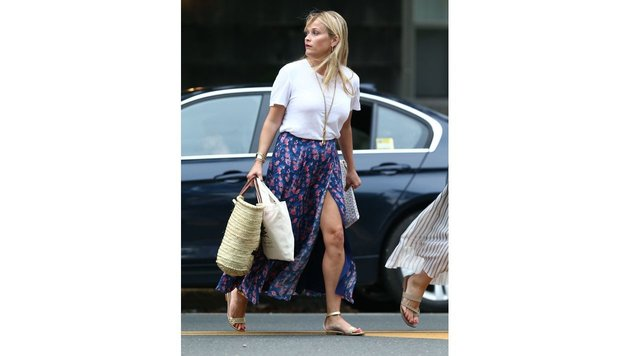 Reese Witherspoon im langen, beblühmten Rock beim Shoppen (Bild: www.PPS.at)