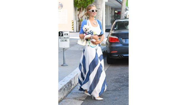 Paris Hilton hat die Farbe ihres Rockes an das Outfit ihres Hündchens angepasst - oder umgekehrt. (Bild: www.PPS.at)