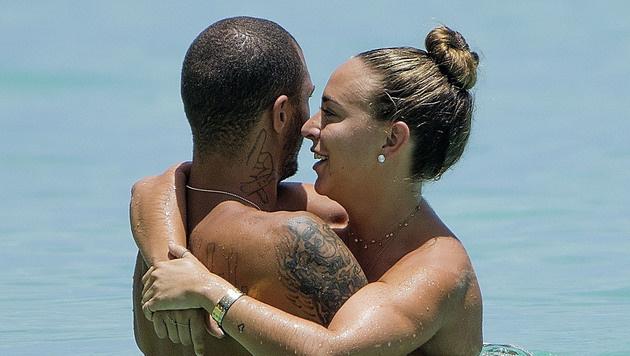 Verliebt schmiegt sich Chloe Green an die Brust von Jeremy Meeks. (Bild: www.PPS.at)