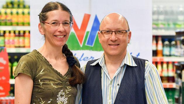 Maria und Josef Strutz-Winkler führen gemeinsam den Nahversorger, der drei Standorte hat. (Bild: Harald Dostal)