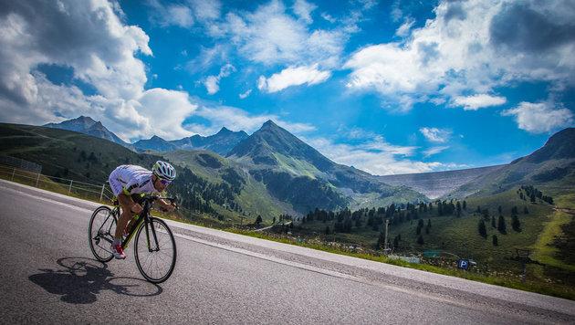 Für die malerische Landschaft haben die Extremradler beim Race Around Austria keinen Blick. (Bild: Felix Roittner)