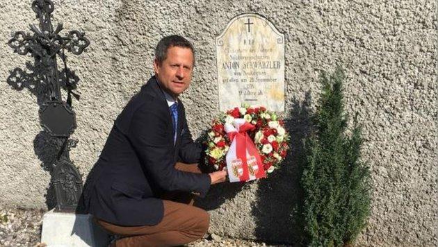 Helmut Naderer am Grab Anton Schwärzlers in Pontebba (Bild: Helmut Naderer)