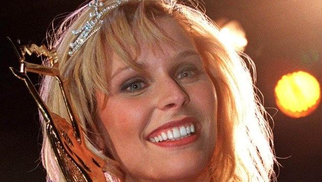 Sabine Lindorfer nach der Siegerehrung zur Miss Austria 1998 (Bild: APA)
