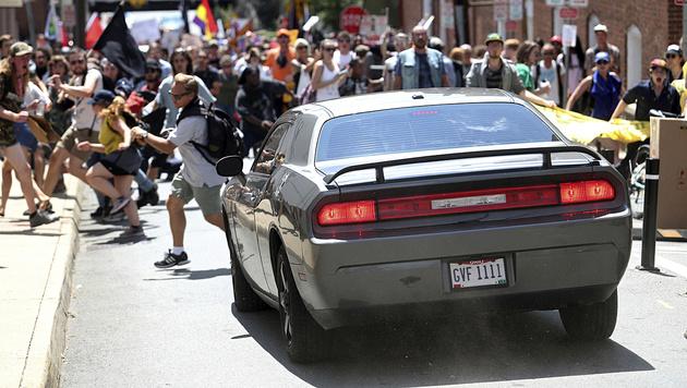US-Neonazi-Demo: Auto rast in Menschenmenge (Bild: AP)