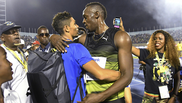 Usain Bolt umarmt Wayde van Niekerk, dem er zutraut, sein Erbe anzutreten (Bild: AP)