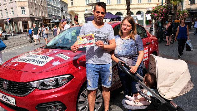 """Omar (22) und Moammed  Baiyer (31), Linz: """"Für unsere Nicole ist der maxi.kindertreff perfekt."""" (Bild: Horst Einöder)"""
