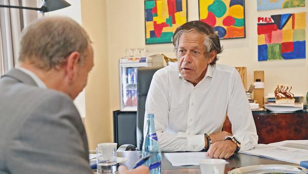 """Wirtschaftskammer-Präsident Jürgen Bodenseer im Gespräch mit """"Krone-Redaktuer"""" Markus Gassler. (Bild: Christof Birbaumer/Kronenzeitung)"""