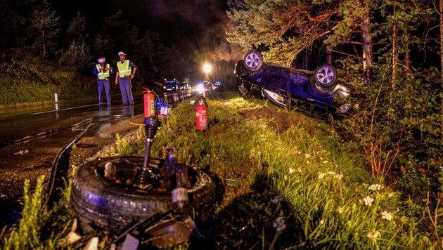 Der Unfall bei Roppen forderte Freitag Abend zwei Verletzte. (Bild: zeitungsfoto.at)