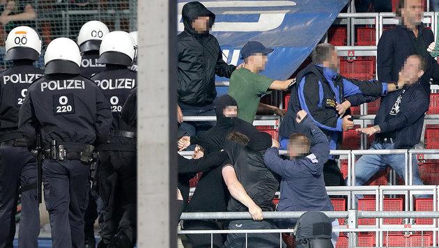 Wilde Fan-Randale nach Oberösterreich-Derby (Bild: GEPA, stock.adobe.com, krone.at-Grafik)