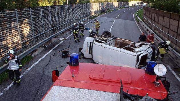 Türen blieben bei Crash in Lärmschutzwand stecken (Bild: FF Bad Ischl)
