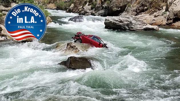 Unerreichbar: Mitten in dem reißenden Fluss kam das Mietauto zum Liegen. (Bild: Sheriffs Office Fresno)