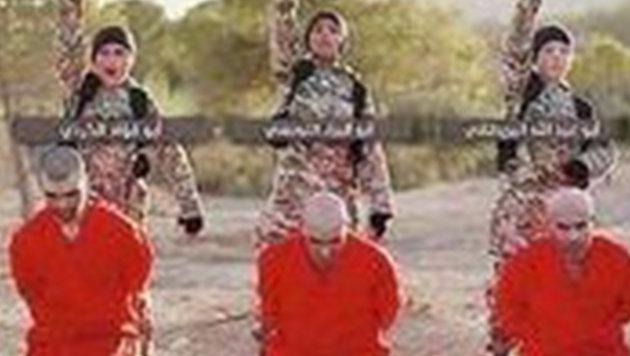 """Wie diese Kurden wurde auch Aqil in einen orangen Overall gesteckt und mit der Exekution bedroht. (Bild: """"Krone"""")"""