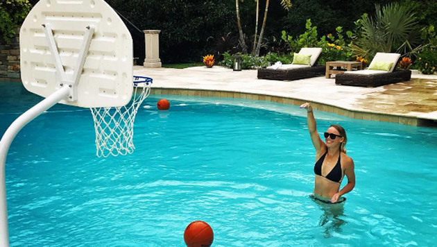 Multitalent? Tennis-Ass Caroline Wozniacki macht auch beim (Wasser-)Basketball gute Figur. (Bild: Instagram)