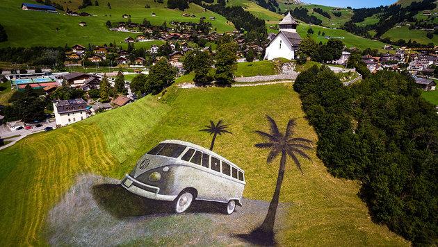 Künstler malt Riesenbild auf Schweizer Berghang (Bild: AP/Keystone/Valentin Flauraud)