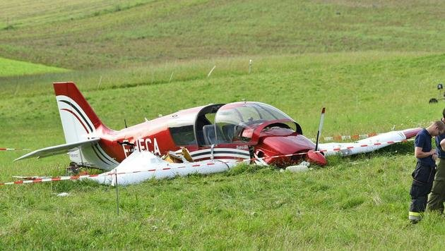 Leichtflugzeug abgestürzt: Vier Verletzte (Bild: APA/WOLFGANG SPITZBART)