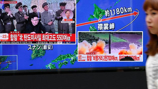 Nordkoreas Machthaber Kim Jong Un freut sich über die Reichweite der jüngst abgeschossenen Rakete. (Bild: AP)