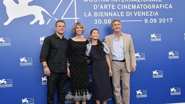 Matt Damon, Kristen Wiig, Hong Chau und Regisseur Alexander Payne posieren für die Kameras. (Bild: AFP)