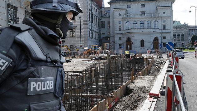 Kanzleramt bunkert sich hinter Betonmauer ein (Bild: Kronen Zeitung, APA/BKA/ANDY WENZEL)