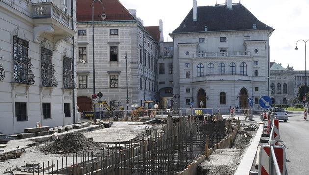 """Wiens """"Bonzen-Mauer"""": Viele fordern Baustopp (Bild: KRONEN ZEITUNG)"""