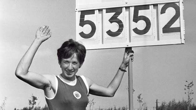 Die Leichtathletin Liese Prokop posiert mit ihrem Fünfkampf-Weltrekord von 5352 Punkten. (Bild: VOTAVA)