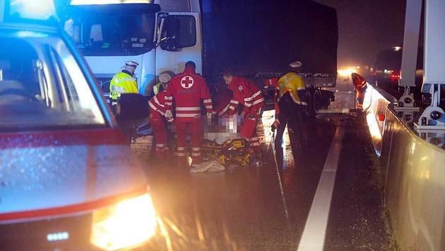 Der Fahrer stürzte aus dem Führerhaus und zog sich Verletzungen zu. (Bild: laumat.at/Matthias Lauber)