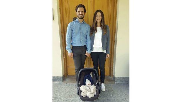 Prinz Carl Philip und Prinzessin Sofia mit dem kleinen Gabriel Carl Walther (Bild: Kungahuset.se)