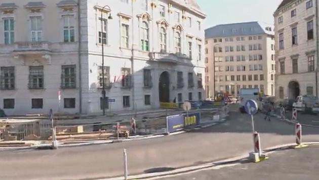 """Wiens """"Bonzen-Mauer"""": Viele fordern Baustopp (Bild: krone.tv)"""