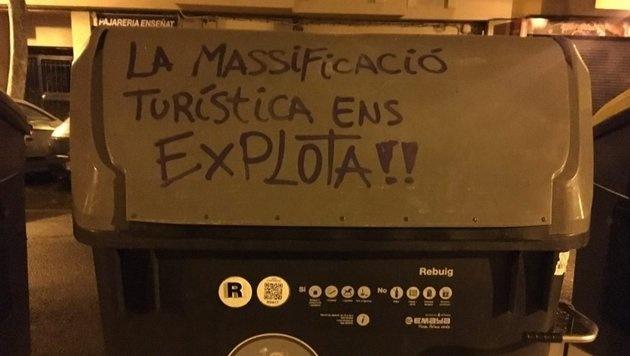 """""""Massentourismus beutet uns aus!!"""" ist auf diesem Müllcontainer in Palma de Mallorca zu lesen. (Bild: twitter.com)"""