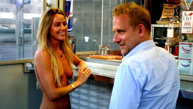 Wendy Night mit Alex Scheurer beim Würstelstand (Bild: (c) ATV/PeterStecher)