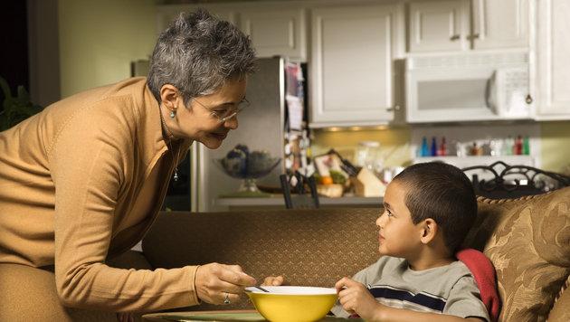 Kinder sollten, wie Erwachsene, ausgewogen und nährstoffreich essen (Bild: thinkstockphotos.de)