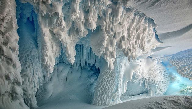 Eine der warmen Eishöllen im Antarktis-Eis (Bild: ANU/Joel Bensing)