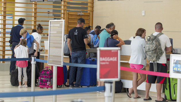 Touristen am Flughafen auf den Bahamas (Bild: AP)
