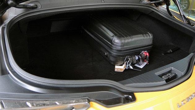 In den Kofferraum passen beim V8 197 Liter, beim Hybrid 172 Liter. (Bild: Stephan Schätzl)