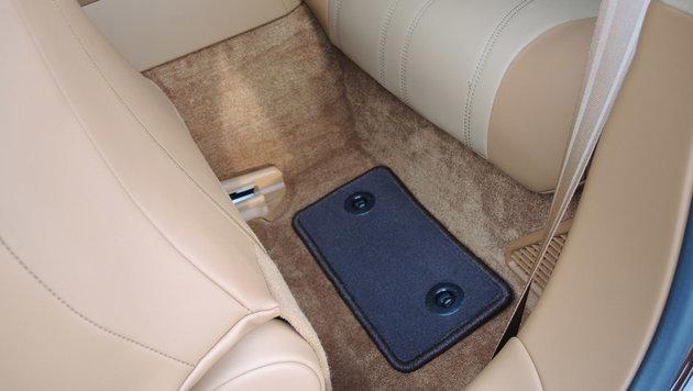 Die hinteren Fußmatten haben Mini-Format. Die Sitzplätze auch. (Bild: Stephan Schätzl)