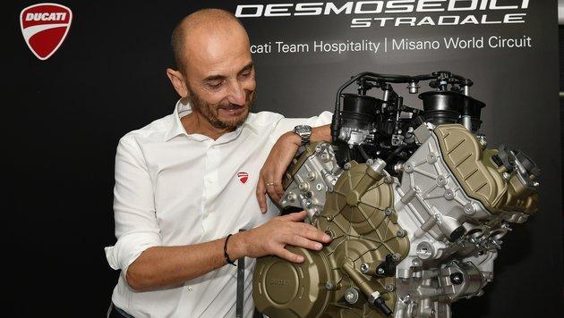 Ducati-Chef Claudio Domenicali (hier bei der Präsentation) scheint den Serien-V4 gern zu haben. (Bild: Ducati)